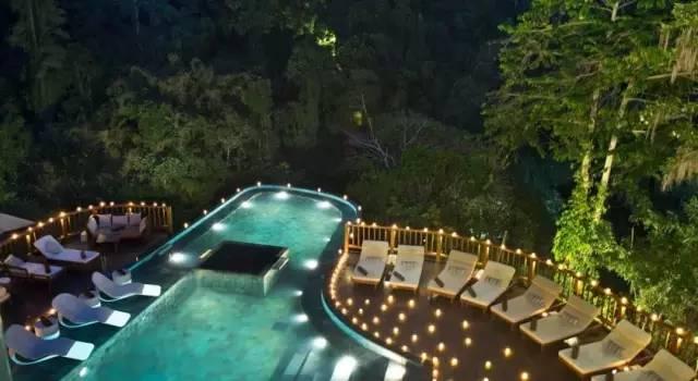 夜 晚 的 泳 池 畔 。
