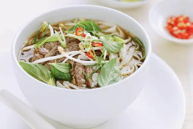 越 南 傳 統 美 食: 河 粉。