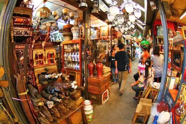 泰 國 最 大 的 洽 圖 洽 市 集 。