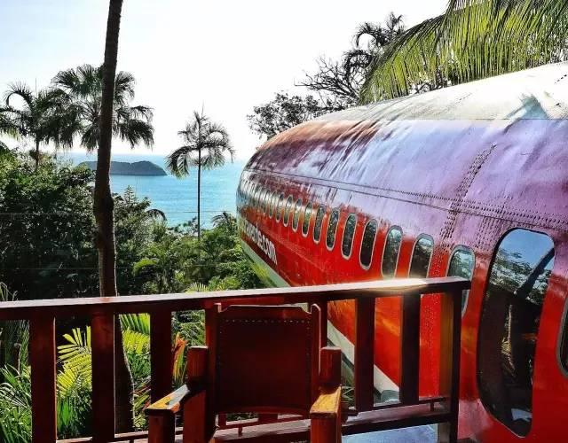 迎 面 是 美 麗 的 海 岸 風 景 , 坐 在 駕 駛 艙 中 想 像 自 己 正 在 飛 向 浩 瀚 滄 海 , 也 太 酷 了 吧 !
