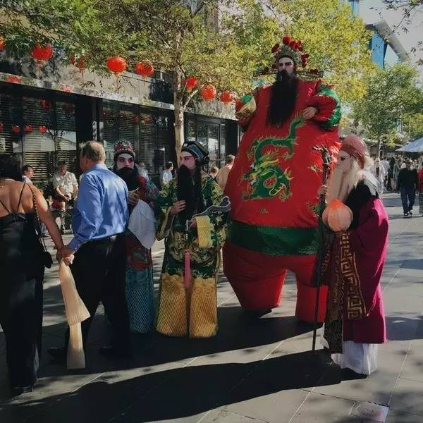 在 農 曆 新 年 看 老 外打 扮 成 京 劇 的 扮 相 。