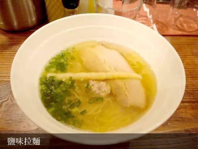 鹽 味 拉 麵 看 起 來 雖 清 淡 , 但 其 實 富 含 濃 郁 高 湯 的 湯 頭 。