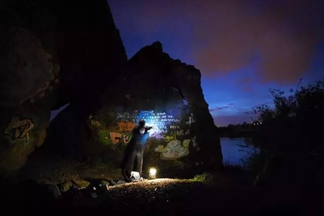 晚 上 攀 岩 記 得 戴 上 頭 燈 。