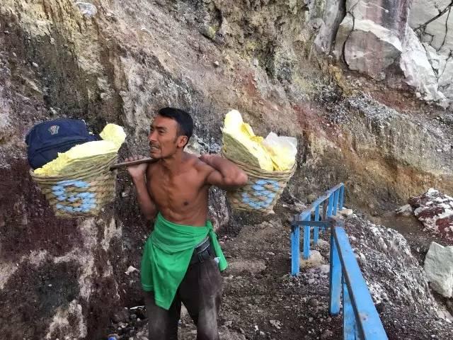 印尼活火山 世 界 上 最 危 險 的 職 業 : 礦 工 。
