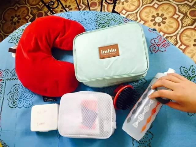 飛 機 枕 、 盥 洗 收 納 包 、 Brita 過 濾 的 運 動 水 壺 。