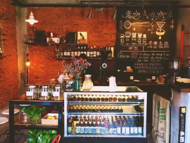 店 內 除 了 咖 啡 ,也 賣 酒。
