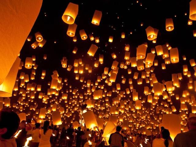 又 或 者 是 , 看 一 場 萬 人 天 燈 大 會 , 許 下 美 好 的 願 望 。