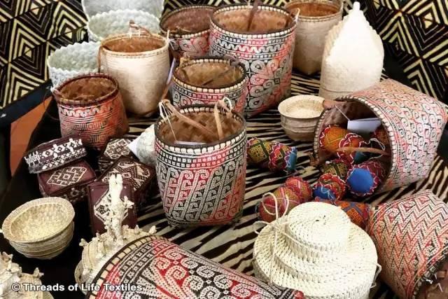 這 裡 可 以 找 到 許 多 美 麗 的 手 工 藝 品 。