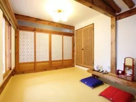 房 間 內 部 , 以 地 板 鋪 睡 為 主  | http://rkj.co.kr/