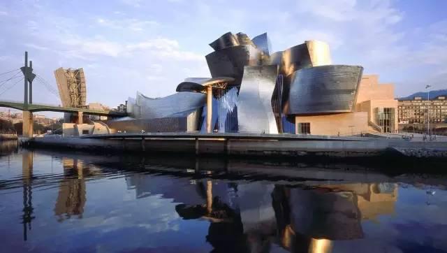 西 班 牙 古 根 漢 美 術 館 。