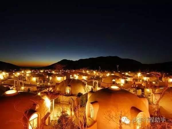 夜 晚 中 的 圓 頂 屋 。