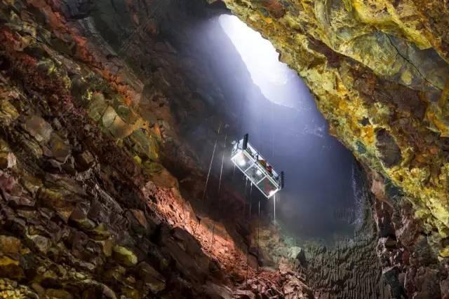 以 垂 降 方 式 進 入 火 山 洞 口。