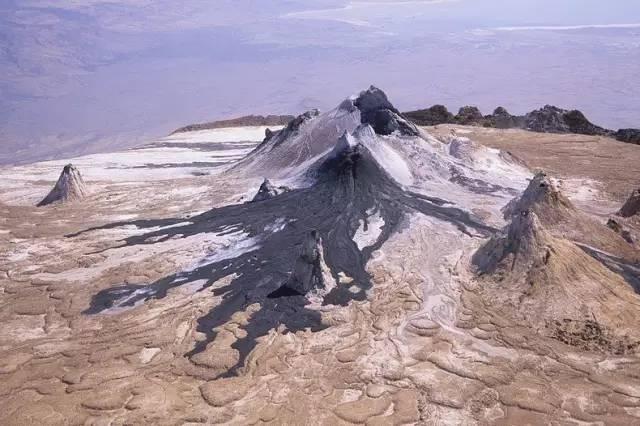 流 動 的 熔 岩 。