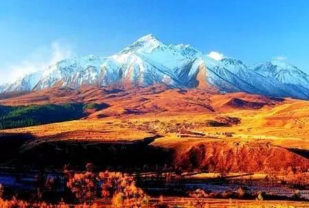 常 年 白 雪 皚 皚 的 祁 連 山 。
