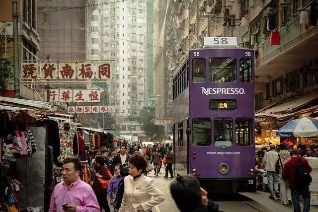 穿 梭 在 市 井 小 街 中 的 叮 叮 車 Photo from Flickr : JustShot。