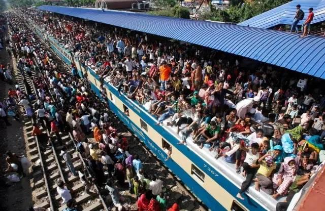 印 度 火 車 站 驚 人 的 人 潮。