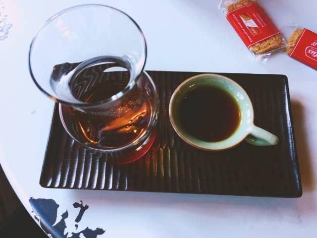 手 沖 咖 啡 。