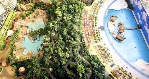 全 球 最 大 的 室 內 水 上 樂 園 。