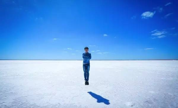呈 現 本 身 鹽 湖 的 純 白 狀 態 時 , 依 舊 美 麗 出 眾 。