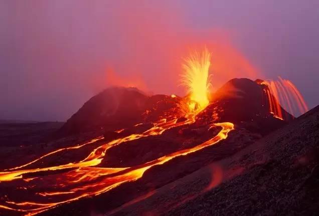 夏 威 夷 火 山 噴 發 的 壯 觀 景 象 。