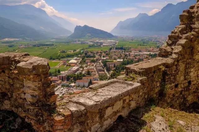 攀 爬 到 頂 峰 後 , 還 能 看 到 腳 下 義 大 利 小 城 的 迷 人 風 景 。