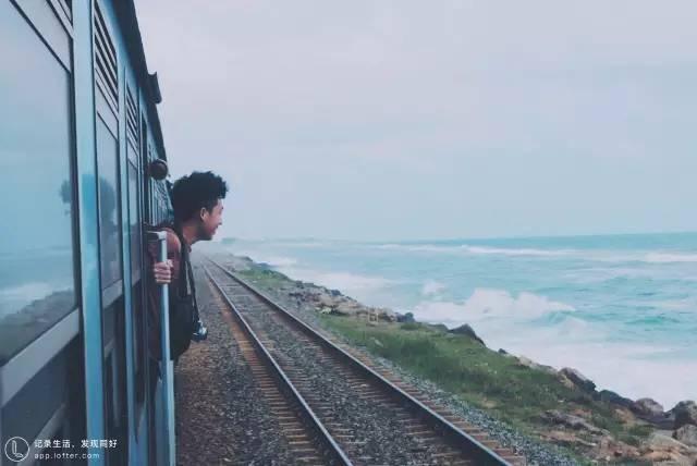 不 關 門 的 海 上 小 火 車 。