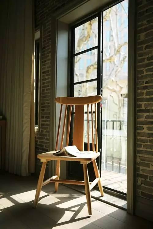 客 房 內 的 落 地 窗 , 能 享 受 到 清 晨 的 美 麗 陽 光 。