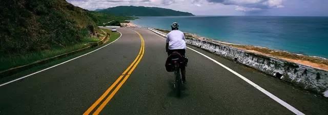 美 麗 的 海 岸 公 路 。