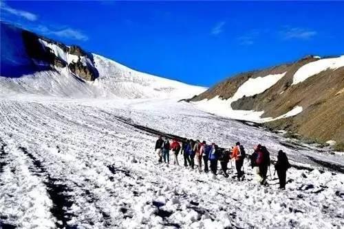 徒 步 前 記 得 備 齊 所 有 必 備 登 山 用 品 。