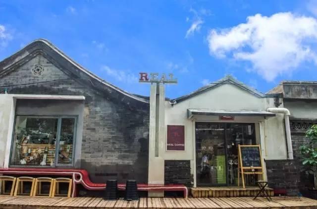 店以屋瓦房改建,非常具有中式建築風格。
