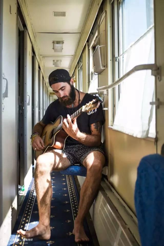 彈 吉 他 的 外 國 朋 友。