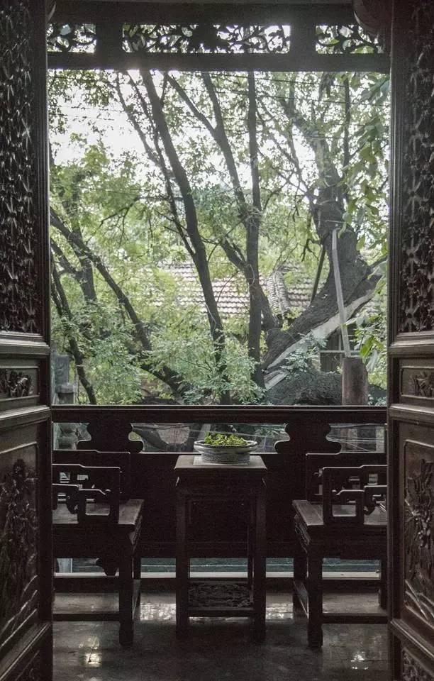 夜 晚 透 過 古 窗 和 古 槐 仰 望 星 空 , 把 酒 吟 詩 的 古 時 畫 面 撲 面 而 來 。