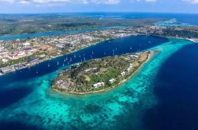 絕 美 珊 瑚 礁 潛 藏 在 萬 那 社 超 湛 藍 海 底 深 處。
