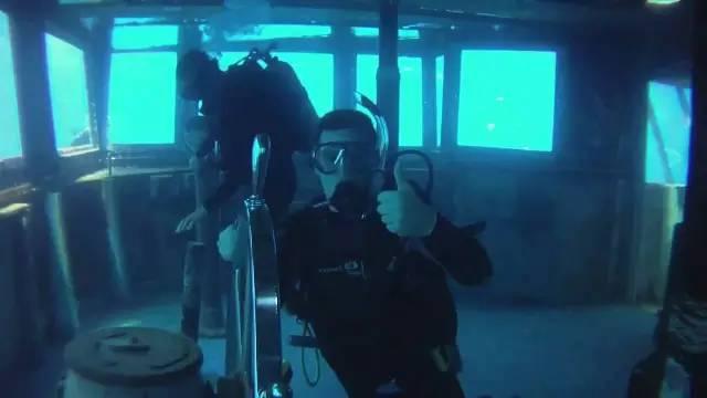 潛 水 者。