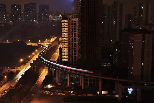 下方可通過輕軌的跨江大橋。