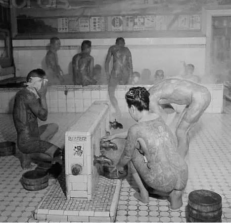 江 戶 時 代 盛 行 的 男 女 混 浴 。