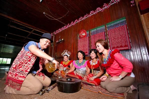 族 人 用 自 製 米酒 招 待 客 人 | 圖片 : Tourism Malaysia。