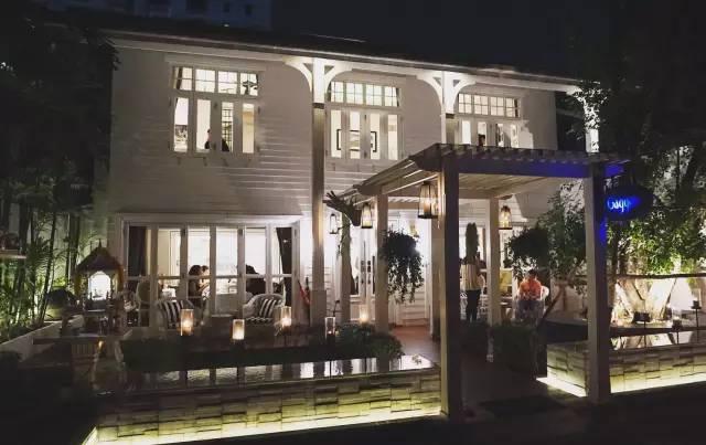 餐 廳 本 身 是 棟 雙 層 白 色 老 別 墅 。
