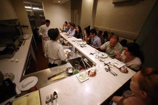▲ChikaLicious 不 是 把 漂 亮 的 蛋 糕 擺 在 玻 璃 展 示 櫃 裡 , 而 是 模 擬 日 式 壽 司 店 的 形 態 造 了 Dessert Bar , 只 有 十 個 位 置 , 主 廚 在 食 客 面 前 擺 盤 製 作 。