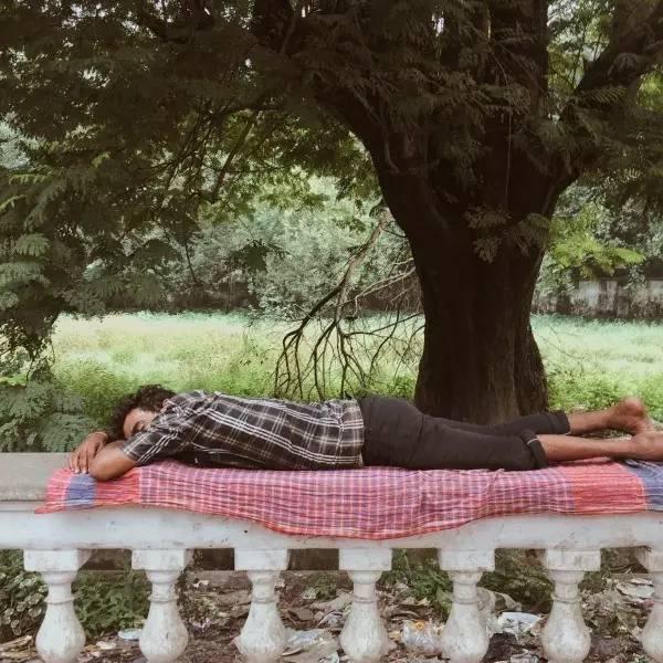 趴 著 趴 著 ,就 睡 著 了 。