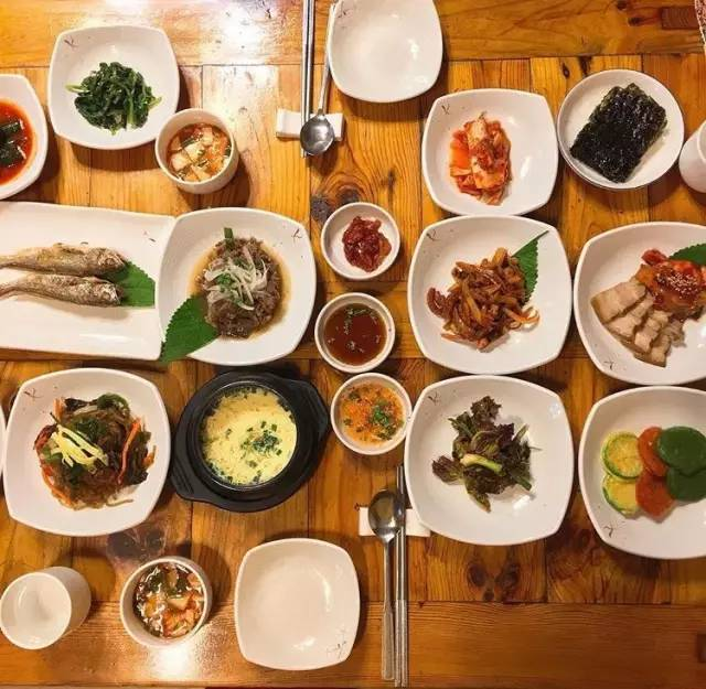 韓 式 傳 統 飲 食 會 提 供 許 多 小 菜 供 享 用。Pic|insta@dalbam_7