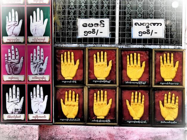 緬 甸 人 相 信 算 命 , 大 金 寺 旁 的 樓 梯 下 也 常 擺 占 卜 攤 位 。