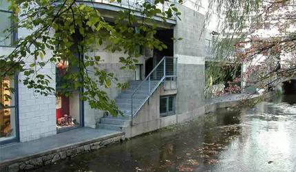 水 岸 邊 的 商 場 。