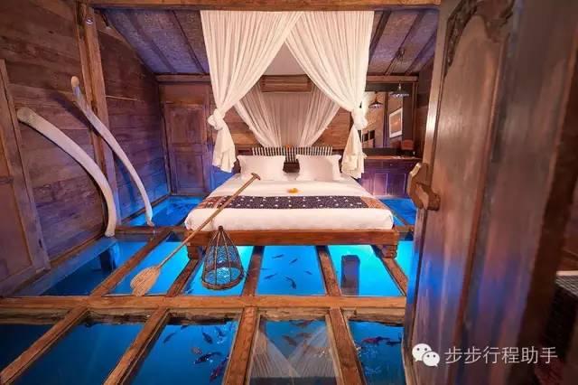 峇 里 島 班 布 英 達 酒 店 的 水 上 房 間 。