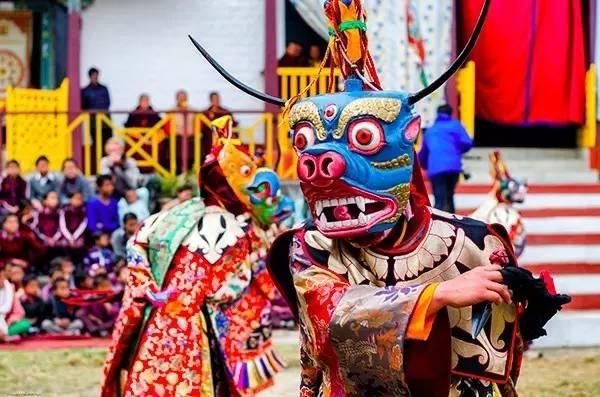 喇 嘛 舞 表 演 。
