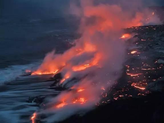 熔 岩 流 入 大 海 的 奇 幻 場 景 。
