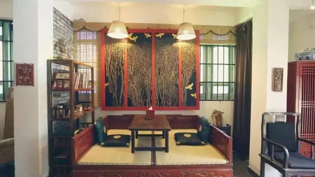 充 滿 老 舊 物 件 的 客 房 。