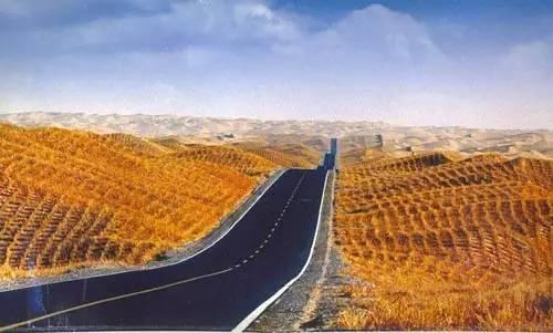 塔 里 木 沙 漠 公 路 。