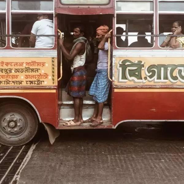 加 爾 各  答 的 公 車 沒 有 車 門, 也 沒 有 空 調 , 非 常 簡 陋 。