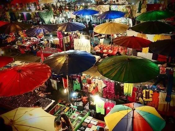 有 著 眾 多 攤 販 的 清 邁 夜 市 。